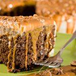 עוגת כוסמת קקאו עם קרם שקדים ואגוזים